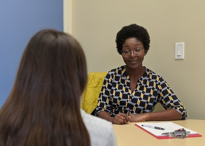 School-based mental health clinician Rosalind Kingsley-Hurst sits down with a high school student for a one-on-one session. Rosalind is one of 19 mental health professionals recently placed in public schools in Alameda and San Diego counties through Blue Shield of California?s BlueSky initiative on student mental health.